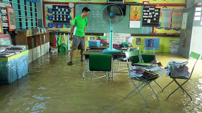 ฝนตกหนักน้ำท่วมร.ร.บ้านตราดหนองพลวง สื่อการเรียนจมเสียหาย หากน้ำไม่ลดต้องปิดเรียน