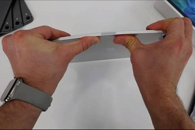 新版iPad Pro軟的不像話!實測雙手一扳就折彎  加入雙鏡頭、專業錄音麥克風