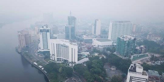 Pemandangan Wilayah Malaysia Diselimuti Kabut Asap dari Indonesia. ©ABDUL HAKIM/AFP