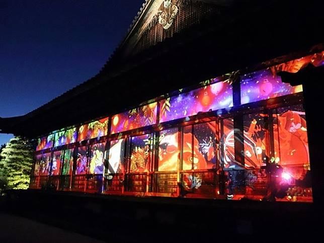 今年更是去年活動的升級版,光雕打亮了建築的內外。(互聯網)