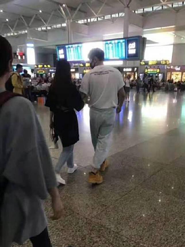 尋日有人見到佢哋手挽手現身上海機場。