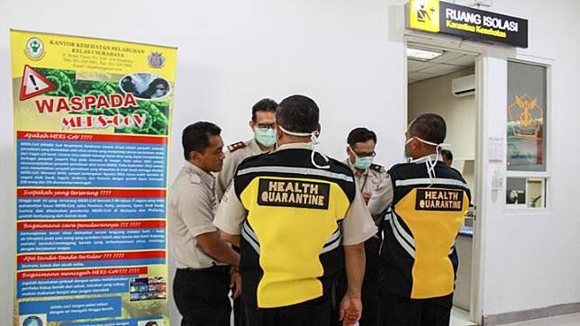 Sejumlah petugas berada di ruang isolasi sebagai salah satu upaya mengantisipasi penyebaran virus Corona di terminal 2 Bandara Juanda Surabaya, Jawa Timur, Rabu, 22 Januari 2020. ANTARA