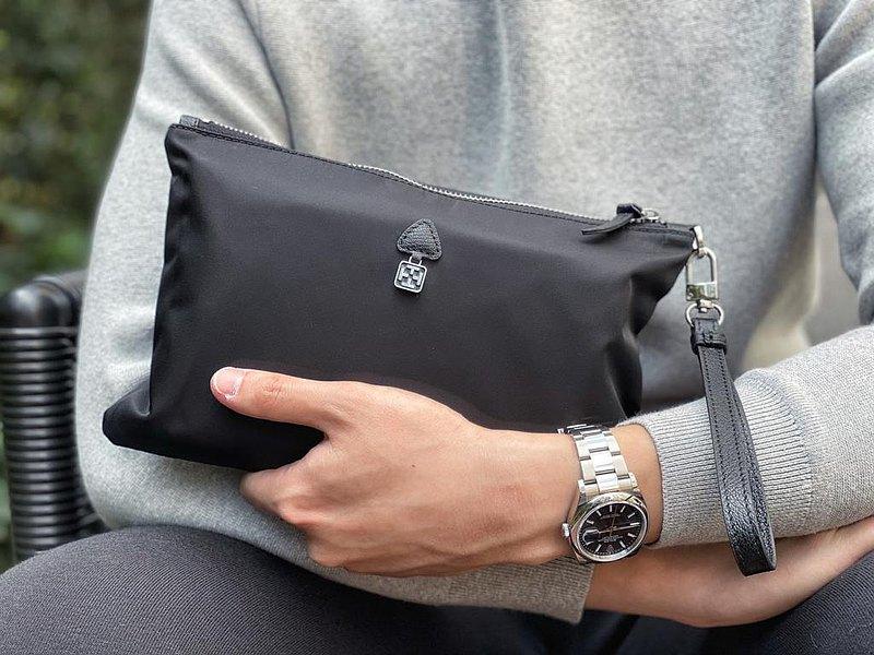 手提袋設計配上皮製手挽帶,使用耐用的尼龍材質, 商用或簡單配搭出個人氣質,適用男/女, 耐用配搭突出時尚氣質,五金質感LOGO 配上皮製高級設計, 追求時尚設計。