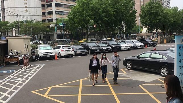 林妻(中)在律師陪同下抵達法院。記者陳俊智/攝影