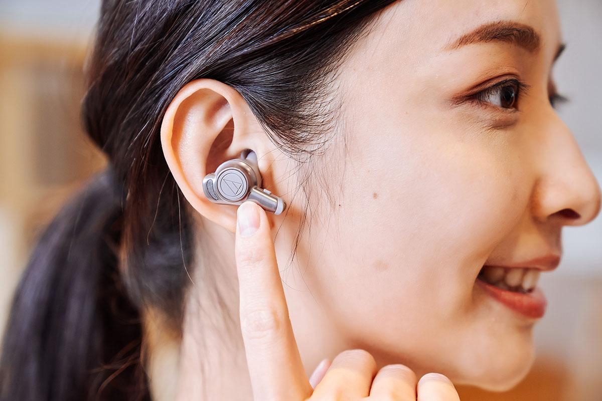 ATH-CKR70TW 的操控模式共有兩種,一為手指觸碰耳機外部的商標位置,一為按下耳機柄部的按鍵,且左右聲道也各自負責不同的控制項目,右聲道點觸可啟用語音助理功能。