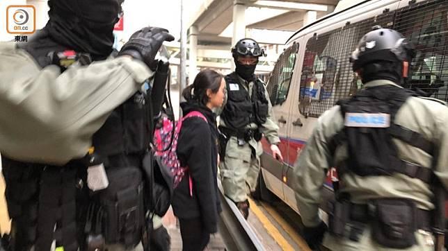 有黑衣女子在觀塘apm附近被帶上警車。(任方攝)