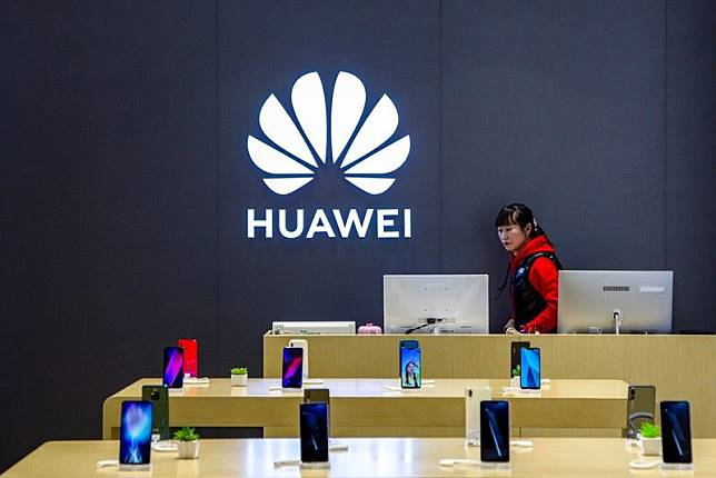 A staff member is seen inside a Huawei retail store in Shanghai, China May 8, 2019. Picture taken May 8, 2019. REUTERS/Stringer ATTENTION EDITORS - THIS IMAGE WAS PROVIDED BY A THIRD PARTY. CHINA OUT.    NO COMMERCIAL OR EDITORIAL SALES IN CHINA.