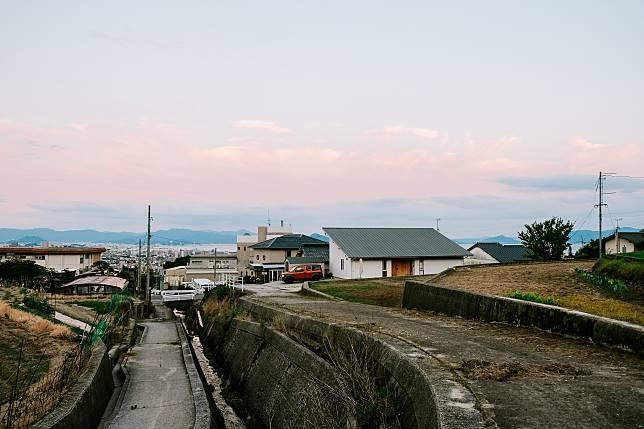 民宿位於小山坡上,能眺望前方海景及島嶼。