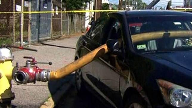 Kaca mobil dipecahkan akibat menghalangi hidran.