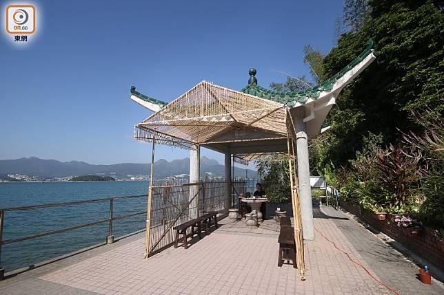 工藝師許嘉雄指導一班香港高等教育科技學院產品設計系學生利用竹篾紮作竹林茶室 。(盧展程攝)
