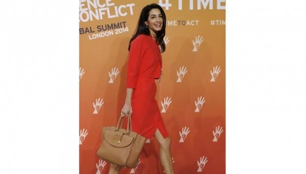 Pengacara HAM, Amal Clooney menjadi tokoh wanita berbusana terbaik tahun ini versi Vanity Fair. Istri dari aktor George Clooney selalu tampil modis saat menjalani profesinya sebagai pengacara maupun waktu mendampingi suaminya. REUTERS/Luke MacGregor