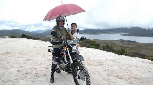 Presiden Joko Widodo mengendarai motor trail saat menyusuri jalan sepanjang 7 km yang tengah dibangun di Papua. (Biro Pers Istana Kepresidenan)