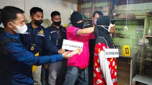 Takut Diamuk Massa, Pelaku Pembunuhan Gorok Leher Korbannya. [ANTARA, di Desa Peunaga Baro, Kecamatan Meureubo, Aceh Barat, Kamis (14/10/2021).</p><p>Rekonstruksi dipimpin Kasat Reskrim Polres Aceh Barat AKP Parmohonan Harahap dan disaksikan oleh ratusan warga.</p><p>Dalam rekonstruksi tersebut, pelaku Z memperlihatkan cara membunuh sambil membekap korban dengan kedua tangannya.</p><p>Lantaran korban terus melawan, pelaku panik sehingga mengambil pisau di kios milik korban. Pelaku kemudian menggorok leher korban sebanyak dua kali.</p><p>Pelaku mengaku menggorok korban karena panik dan takut diamuk massa apabila aksinya diketahui warga.</p>                                 </div>                                                                  <div class=
