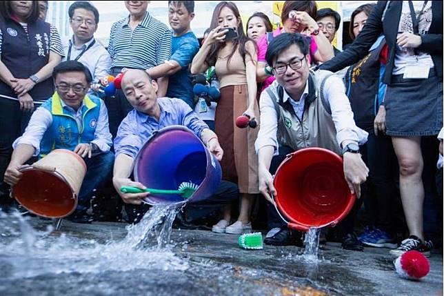 高雄市長韓國瑜(前中)、行政院副院長陳其邁(前右)19日共同視察金獅湖市場,兩人特別示範正確防疫的清除積水動作。(袁庭堯攝)