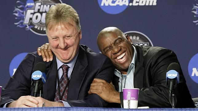 ▲ NBA傳奇球星「大鳥」Larry Bird和「魔術強森」Magic Johnson。(圖/美聯社/達志影像)