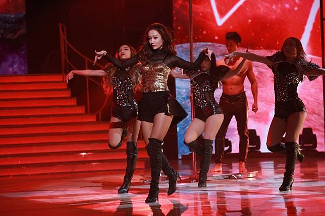 王君馨跳火辣鋼管舞。