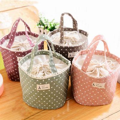◆ 自然清新點點造型◆ 優質棉麻輕巧手提◆ 保溫內層束口袋款◆ 可愛打造時尚單品