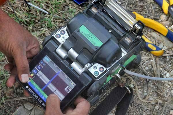 Petugas melakukan penyambungan kabel fiber optik Indihome dengan menggunakan alat \\\'splicer\\\' di Desa Seuneubok Teungoh, Idi Rayeuk, Aceh Timur, Aceh, Senin (11/12)./ANTARA-Syifa Yulinnas