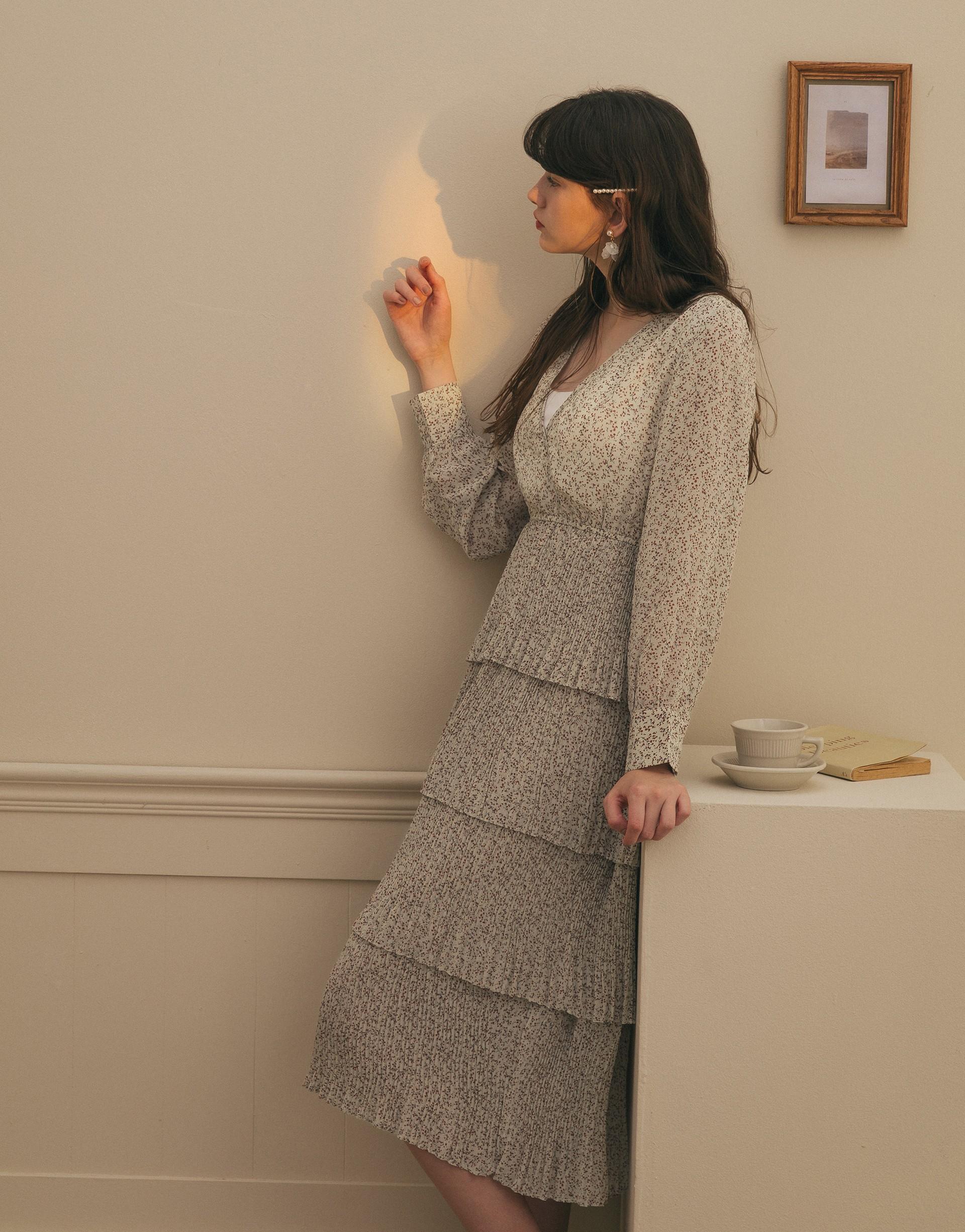 質感雪紡面料/多層次造型裙擺/前胸V領造型/袖口可開釦