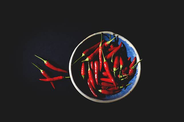 ▲中國大陸一名女子控訴公司罰吃朝天椒,還無故開除她。(示意圖,非當事情境/取自 Unsplash )