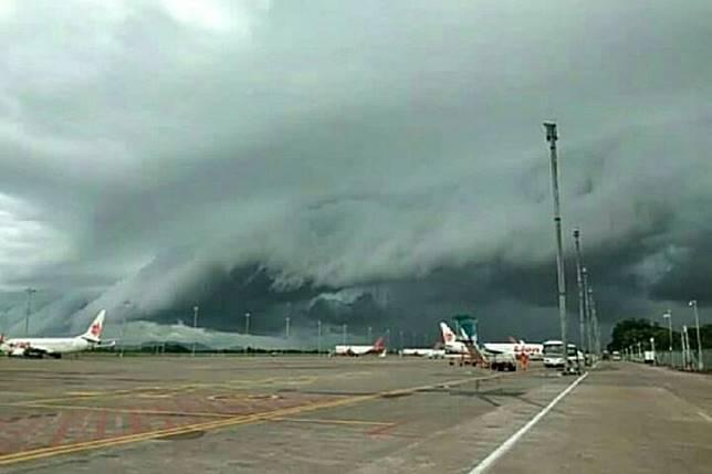 Inilah Gelombang Tsunami DiLangit Makassar Dan 5 Pesawat Gagal Terbang