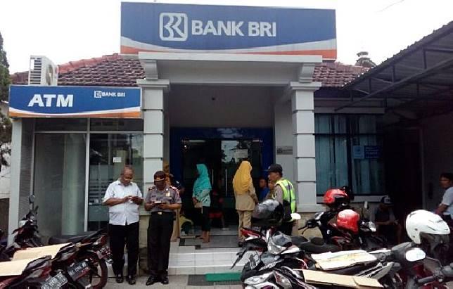 Polisi berjaga di kantor Bank Rakyat Indonesia Unit Ngadiluwih Kediri saat sejumlah nasabah melapor kehilangan uang di rekening, dan memblokir rekening mereka, Senin, 12 Maret 2018. Tempo/Hari Tri Wasono