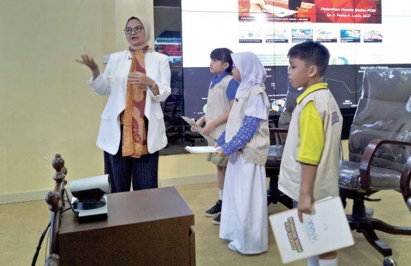 Kepala Badan POM, Ibu Penny Kusumastuti Lukito, saat diwawancarai Reporter Cilik (Repcil) di Kantor Badan POM Jakarta, Kamis (1/8).
