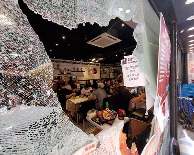 龍門冰室遭多人大肆破壞,扑爆玻璃櫥窗刑毁。