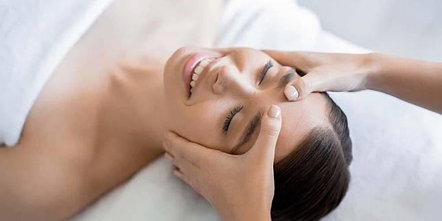 7 Manfaat Facial Massage untuk wajah Anda