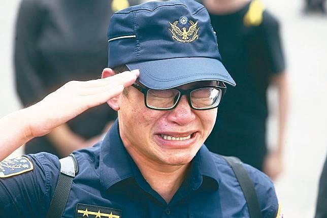 遭刺身亡的鐵路警察李承翰昨天移靈時,數百名警察列隊敬禮,許多員警忍不住痛哭。