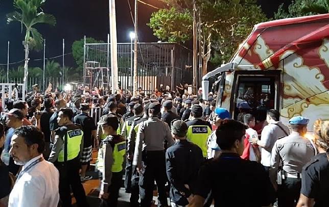 Ratusan suporter Indonesia berunjuk rasa usai timnas Indonesia ditaklukkan Vietnam dengan skor 1-3 dalam laga Grup G Kualifikasi Piala Dunia 2022 zona Asia di Stadion Kapten I Wayan Dipta, Gianyar, Bali, Selasa (15/10/2019). ANTARA/Michael Siahaan.