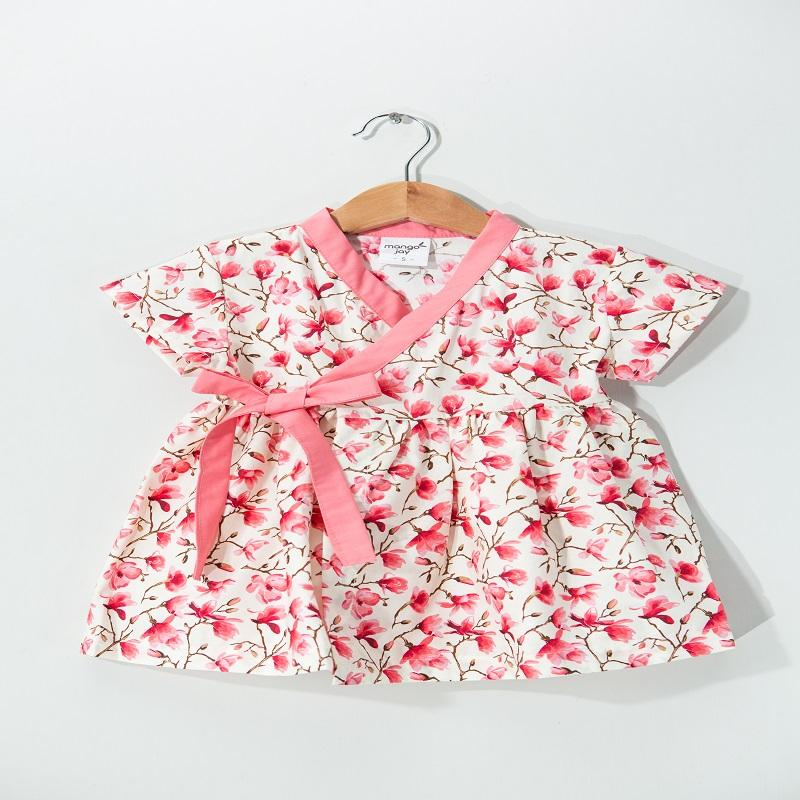 產品特色 韓國正統浴衣 輕薄純棉,親膚舒適 花色多樣,鮮豔豐富 產品介紹 韓國的正統浴衣。 服裝上採用醒目的圖案設計,可外出穿著的日常服裝! 邀請您細細品味這獨特的花色,並且限量不易撞款! 材質輕薄純