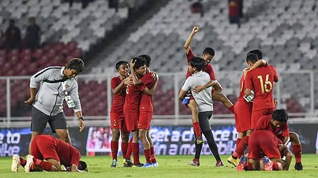 Pemain Timnas Indonesia U-16 melakukan seleberasi usai bermain melawan Timnas Cina U-16 pada laga kualifikasi Piala AFC U-16 2020 di Stadion Utama Gelora Bung Karno (SUGBK), Senayan, Jakarta, Ahad, 22 September 2019. ANTARA/Galih Pradipta/foc.