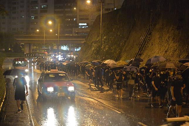 部分示威者沿荃灣路公路往葵芳撤退