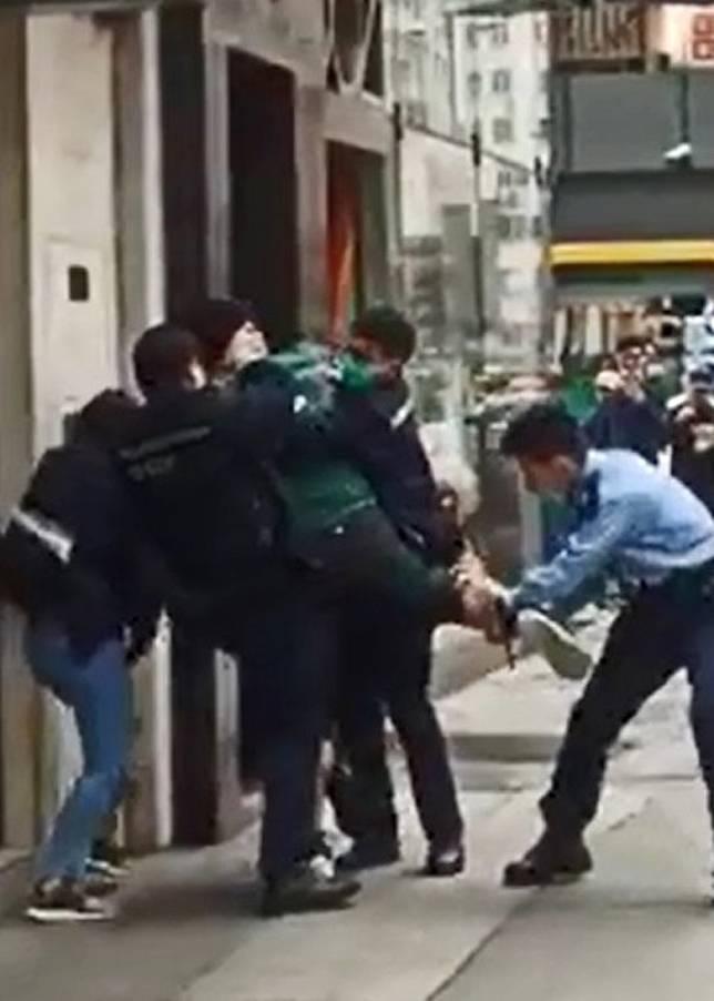 男子被警員合力制服。