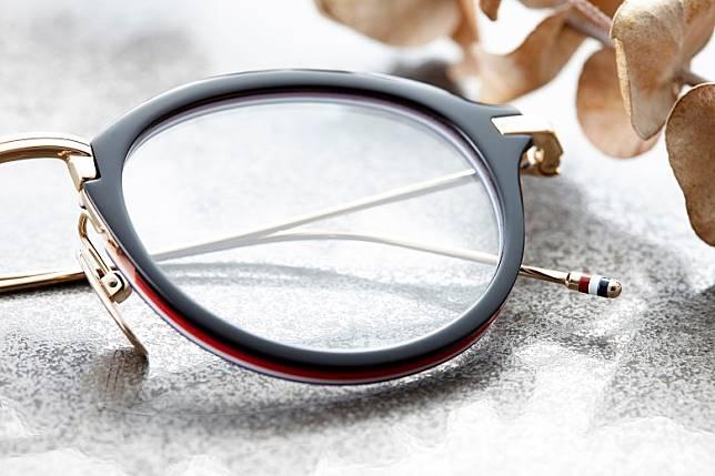 鏡臂末端當然唔少得每副THOM BROWNE眼鏡必備的紅白藍三間細節。(互聯網)