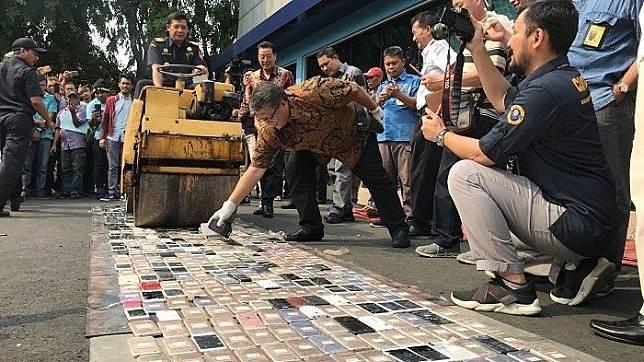 Bea Cukai Bandara Soekarno-Hatta Gilas 2.000-an Ponsel Ilegal