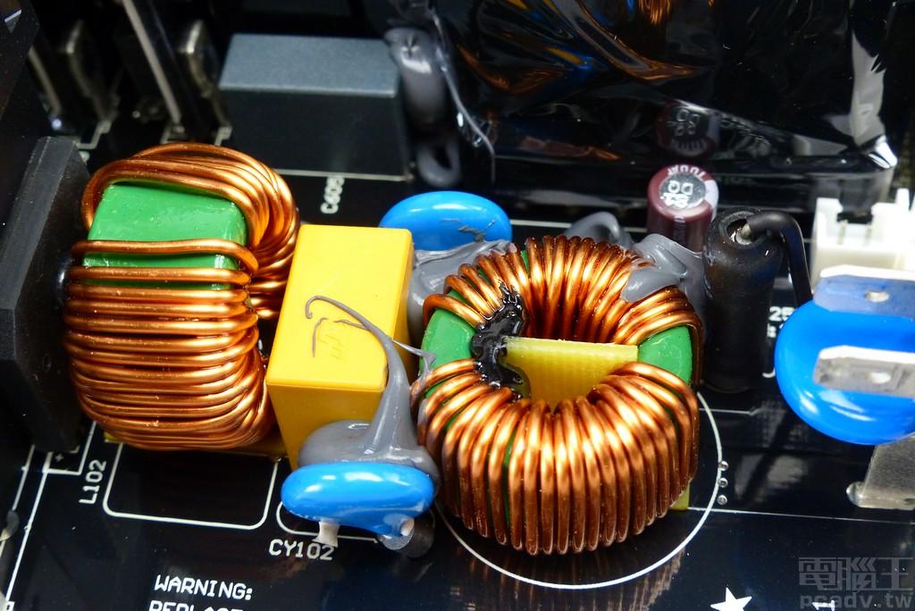 第一級 EMI 濾波電感與第二級 EMI 濾波位於主要電路板,黑色熱縮套包覆零件為保險絲