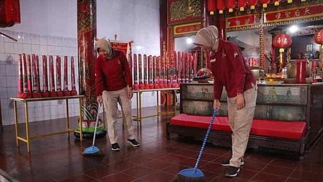 Polisi Kebumen membersihkan Klenteng Kong Hwie Kiong, jelang Imlek 2571. (Foto: Liputan6.com/Polres Kebumen/Muhamad Ridlo)