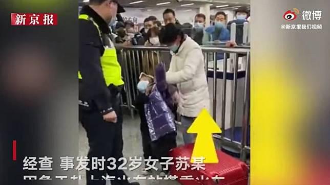 大陸女子將女兒塞進行李箱拖行,所幸女兒沒事。(圖/翻攝自新京報)