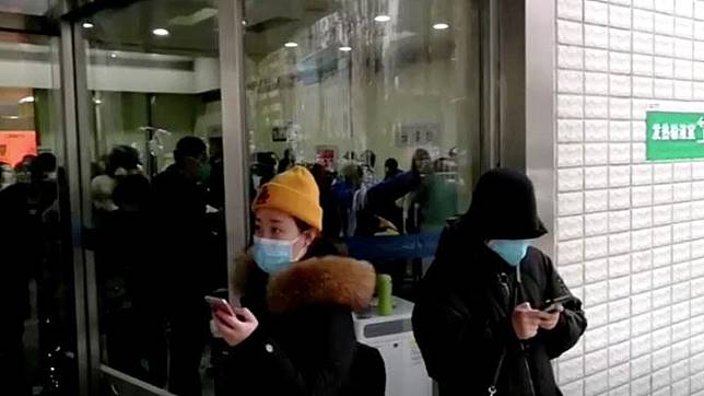 Puluhan orang menggunakan masker saat berada di rumah sakit untuk memeriksa kesehatannya di Wuhan, provinsi Hubei, China 22 Januari 2020. China News Service/via REUTERS TV