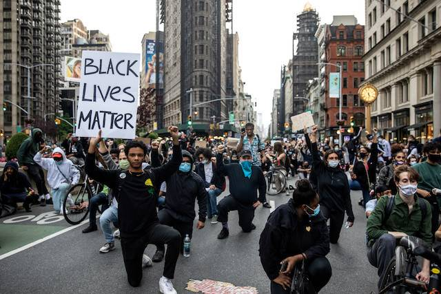 Protesters have a moment of silence during a rally against the death in Minneapolis police custody of George Floyd, in the Manhattan borough of New York City, US, on Monday. Black Americans make 73 cents for every dollar made by white Americans, with a poverty rate two-and-a-half times higher, according to the Economic Policy Institute think tank.