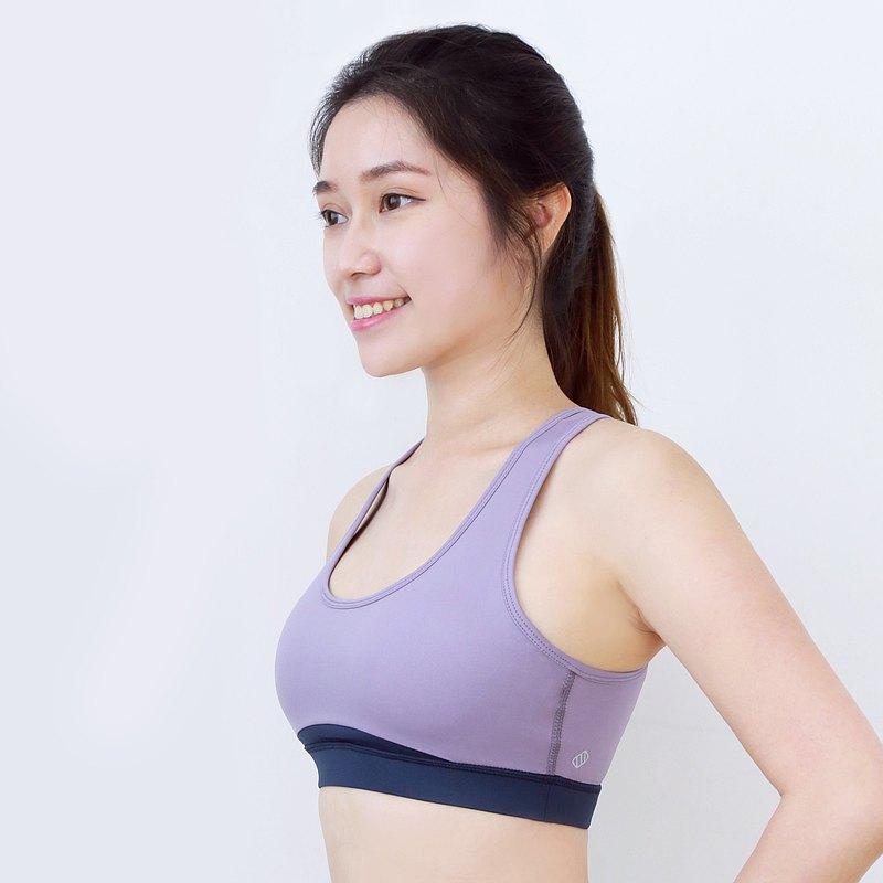 以Bagel貝果為設計概念的背部造型設計,開洞美背通爽透氣,更能展現美背線條,小性感之選。胸前弧形設計,讓胸部線條更立體,胸形更顯美感
