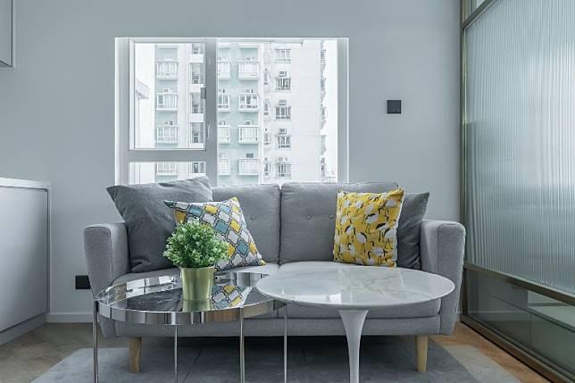 淺灰色的梳化,襯以雲石、銀色茶几點綴,使整體層次感更為豐富。(受訪者提供)