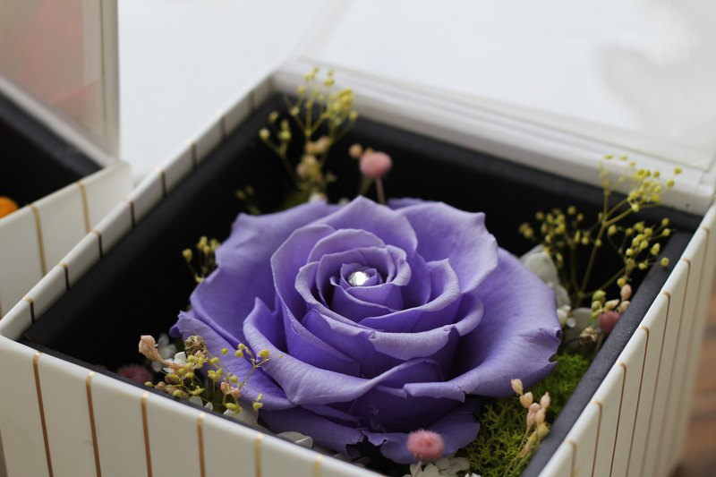 來自厄瓜多的永生玫瑰花,是精緻而細膩的頂級花材,其大而豐富感的花型尺寸是獨特的風格。 搭配金色條紋的白色禮盒,讓贈禮更顯大方,情人節限定優惠980元! 原價1280元,活動日期2/6~2/14止。