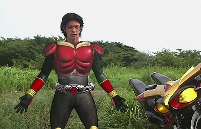 平成年代《幪面超人古迦》由型男小田切讓飾演主角,還加入大量CG變身設定。(互聯網)