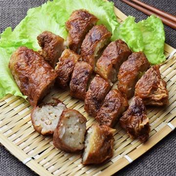 魚、蝦巧妙結合而成的蝦仁捲,是一道老少皆宜,較為清淡、熱量較低的佳餚,適合作為午茶點心,減肥期間亦可食用。此菜味道鮮香,質感軟嫩,營養豐富,清淡不膩。
