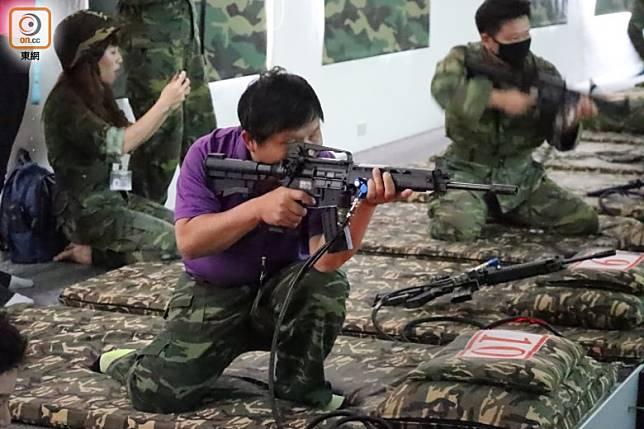 大家都緊張得趕緊起身,改用跪姿射擊殲滅敵人。(劉達衡攝)
