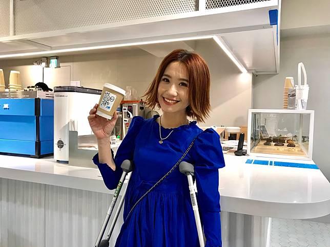 Lulu柱著枴杖出門簽約賣咖啡。記者葉君遠/攝影