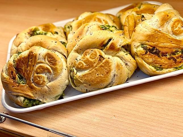 新鮮出爐的三星葱包,外皮脆卜卜,裏面鬆軟且爆葱,很好吃啊!(FoodieCurly鬈毛妹提供)